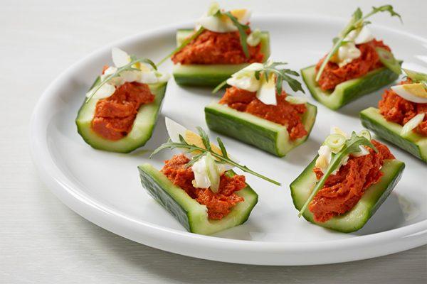 Hapje van komkommer, ei en filet american