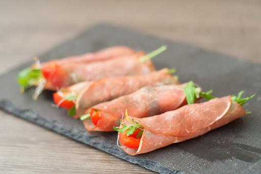 hapje van rookvlees, rode uit en zongedroogde tomaat